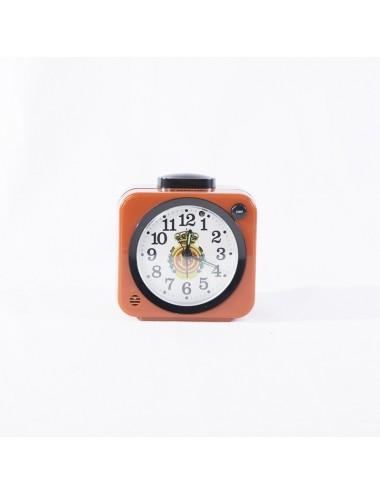 Reloj despertador rojo, cuadrado con escudo en el centro.